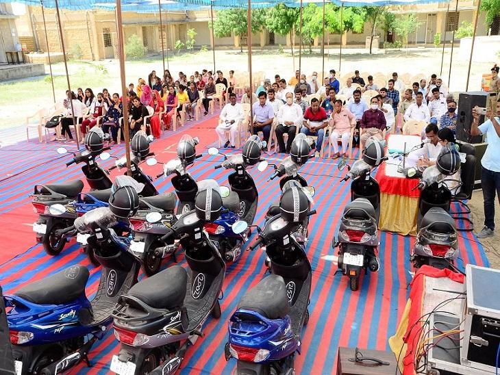 काली बाई भील मेधावी छात्रा स्कूटी योजना के तहत जिले में आई 19 स्कूटी।