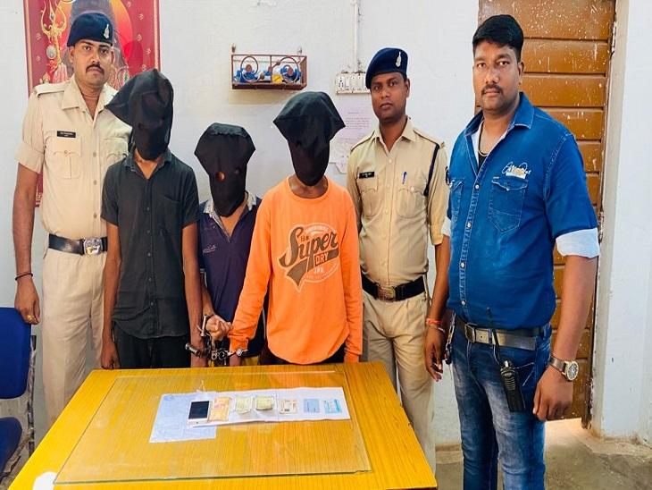 पुलिस की गिरफ्त में लूट के आरोपी व जब्त मोबाइल और रुपए। - Dainik Bhaskar