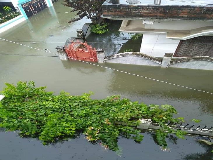 आजमगढ़ जिले में भारी बारिश से डूबे मकानों की तस्वीर, नारकीय जीवन जीने को मजबूर जनता। - Dainik Bhaskar