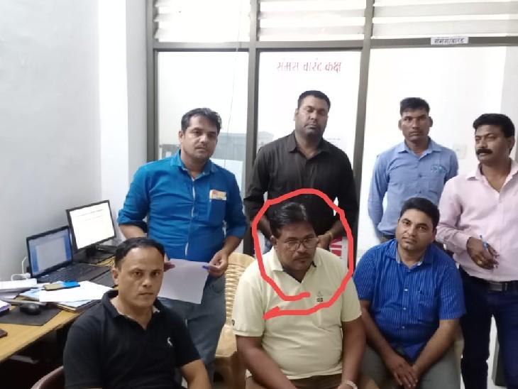 रिश्वत लेते लोकायुक्त ने पटवारी को पकड़ा। - Dainik Bhaskar