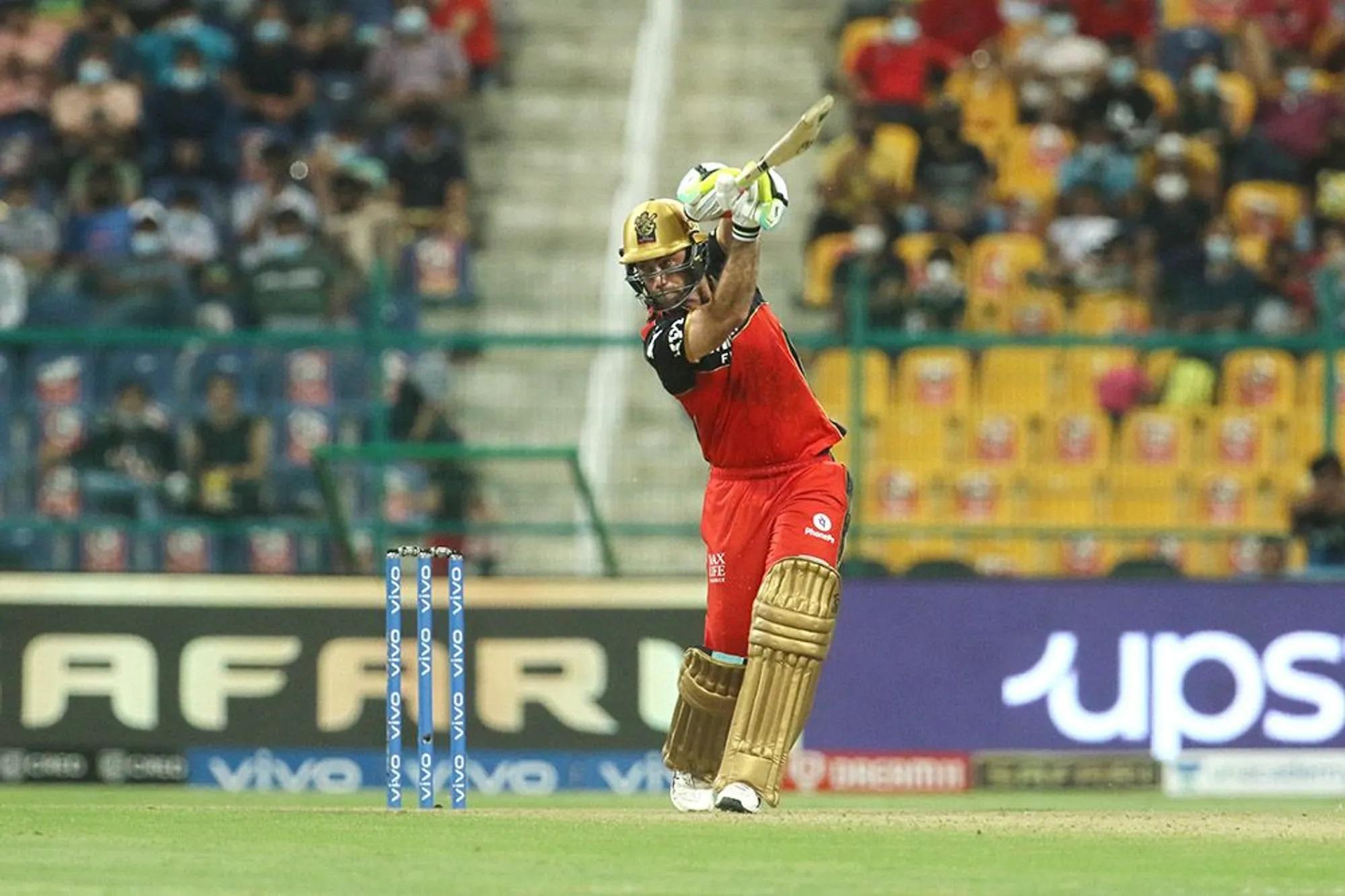 ग्लेन मैक्सवेल ने अपनी धार वापस पा ली है। वो विरोधी टीम के बॉलर्स की लाइन-लेंथ बिगाड़ रहे हैं। हैदराबाद के खिलाफ भी यही हुआ। उन्होंने 25 गेंद में 2 चौके और 2 छक्कों की मदद से 40 रन बनाए।