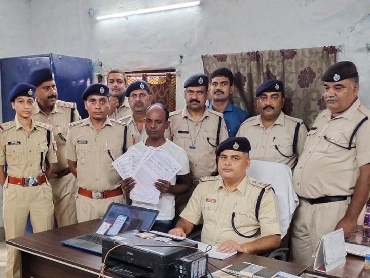 गिरफ्तार आरोपित के साथ RPF की टीम। - Dainik Bhaskar