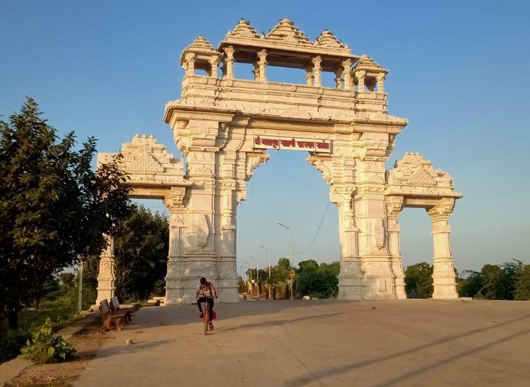 पाली जिले में स्थित नाडोल गांव में मां आशापुरा मंदिर जाने के रास्ते पर बना भव्य गेट।