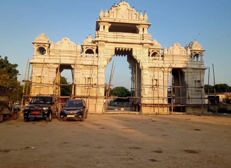 पाली के नाडोल स्थित प्राचीन आशापुरा मां मंदिर में निर्माणाधीन भव्य गेट।