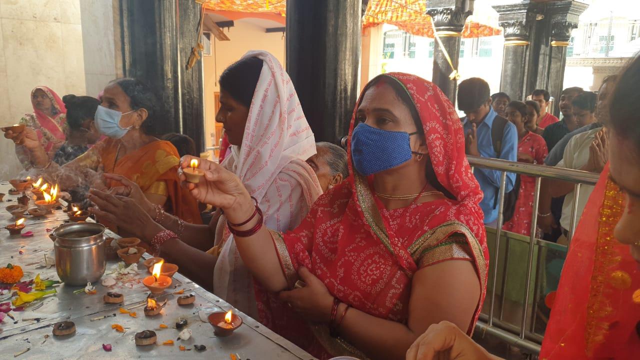 नवरात्रि के पहले दिन कात्यायनी देवी मंदिर में दर्शन करने पहुंचे श्रद्धालु, कोविड नियमों का हुआ पालन मथुरा,Mathura - Dainik Bhaskar