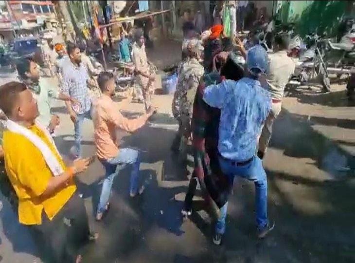 पीछे कंबल और पानी की बाल्टी लेकर पुलिस भागी, कवर्धा में भड़क रही हिंसा के विरोध में फूटा BJP का गुस्सा|जगदलपुर,Jagdalpur - Dainik Bhaskar