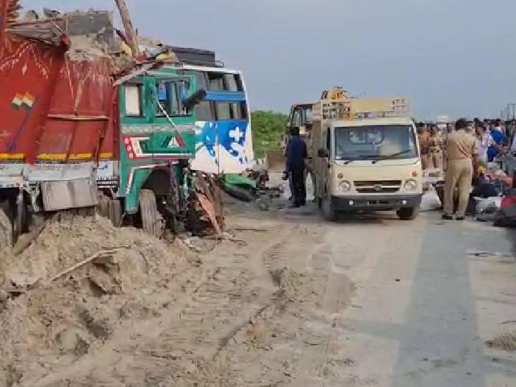 हादसे के बाद क्षतिग्रस्त वाहनों को रोड से हटाया गया है।