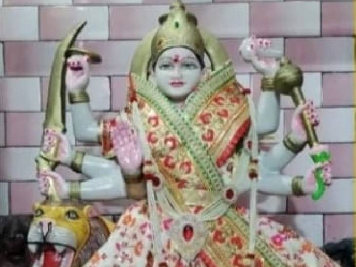 देवरिया के अहिल्यापुर में है प्रसिद्ध मां दुर्गा का मंदिर, अंग्रेज बनाना चाहते थे रेलवे लाइन, कई प्रयास के बाद भी नहीं बना पाए|देवरिया,Deoria - Dainik Bhaskar