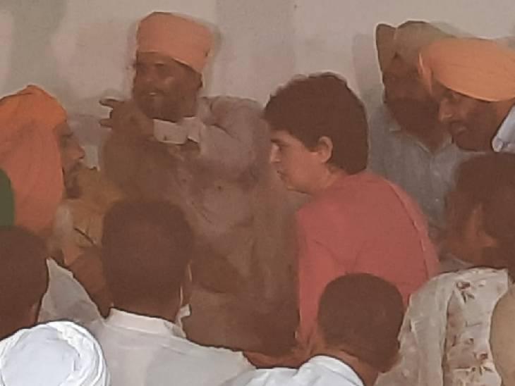 प्रियंका गांधी शाम करीब 5:30 बजे बहराइच में गुरुविंदर के घर पहुंचीं। यहां पर उन्होंने गुरुविंदर के चित्र पर पुष्प अर्पित कर श्रद्धांजलि दी।