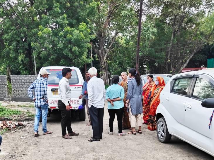 परिवार दोपहर बाद इंदौर आया।