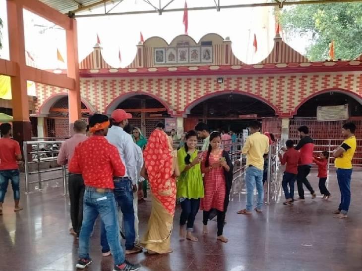 नवरात्र में यहां पर पूर्वांचल के साथ ही पड़ोसी देश नेपाल से हजारों श्रद्धालु आते हैं।