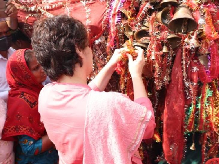 प्रियंका ने मंदिर में मन्नत की घंटी बांधी।