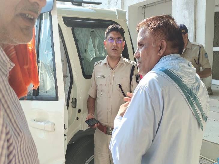 रीवा जिले में शिक्षक ने SBI बैंक से निकाले 4 लाख रुपए, फिर बाइक की डिग्गी में पैसे रखकर स्कूल चले गए पानी पीने, लौटे तो रुपए मिले गायब|रीवा,Rewa - Dainik Bhaskar