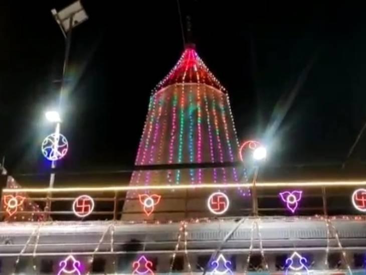 नवरात्रि के मौके पर मंदिर को सजाया गया।