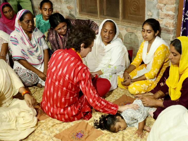 मृतक पत्रकार के परिजनों से मिलतीं प्रियंका गांधी।