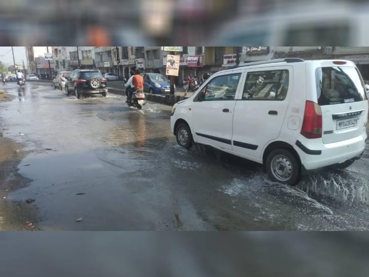 सर्वधर्म कॉलोनी की कई सड़कें पानी में डूबी, ओवरफ्लो हो गई थी टंकी; लाइन बंद करना भूल गए निगमकर्मी|भोपाल,Bhopal - Dainik Bhaskar