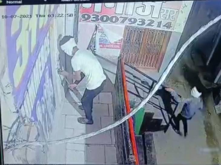 सीसीटीवी की फुटेज में दिखाई दे रहा कोचिंग सेंटर का ताला तोड़ता चोर। - Dainik Bhaskar