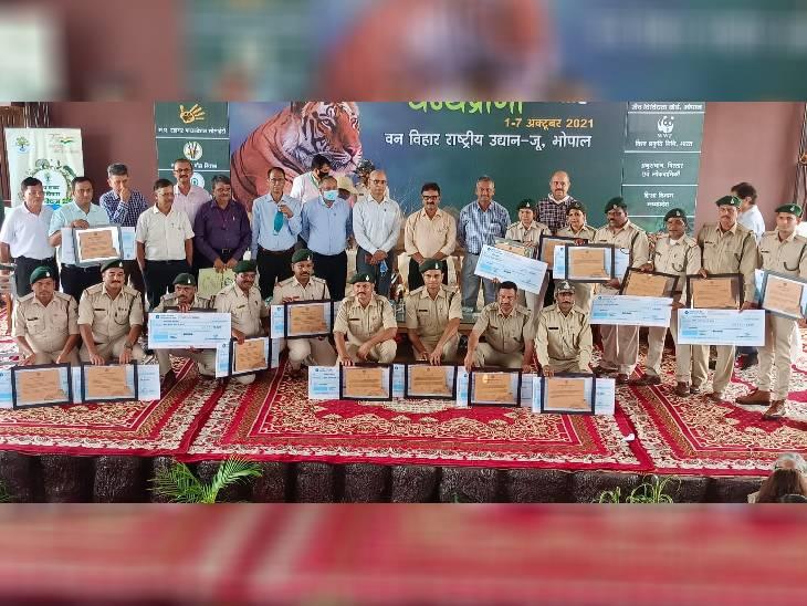 कार्यक्रम में टाइगर रिजर्व और वन मंडलों में कार्यरत 17 वनकर्मियों को पुरस्कृत किया गया।