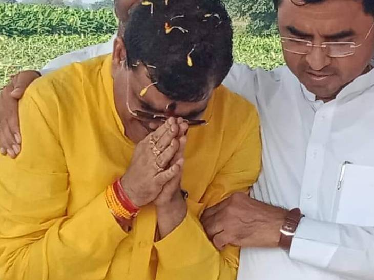 नंदू भैया की समाधि पर रोते हुए भाजपा प्रत्याशी ज्ञानेश्वर पाटिल को सांत्वना देते भाजपा जिलाध्यक्ष मनोज लधवे। - Dainik Bhaskar