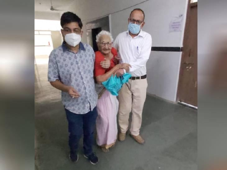जिला अस्पताल में पैदल ही अपनी मां को लाते डॉ. लखन तिवारी। - Dainik Bhaskar