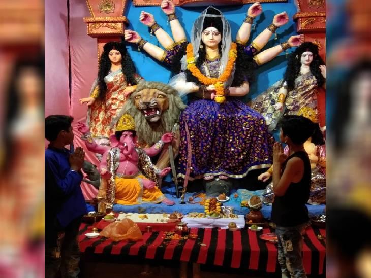 राजधानी में गुरुवार रात तक घटस्थापना का दौर जारी है। जेपी कैम्पस में दुर्गा उत्सव समिति ने मां की प्रतिमा विराजित की है। घटस्थापना के बाद रात 9 बजे आरती की गई। - Dainik Bhaskar
