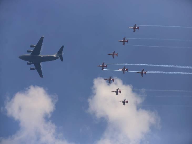 मालवाहक विमान और लड़ाकू विमानों ने एकसाथ प्रदर्शन किया।