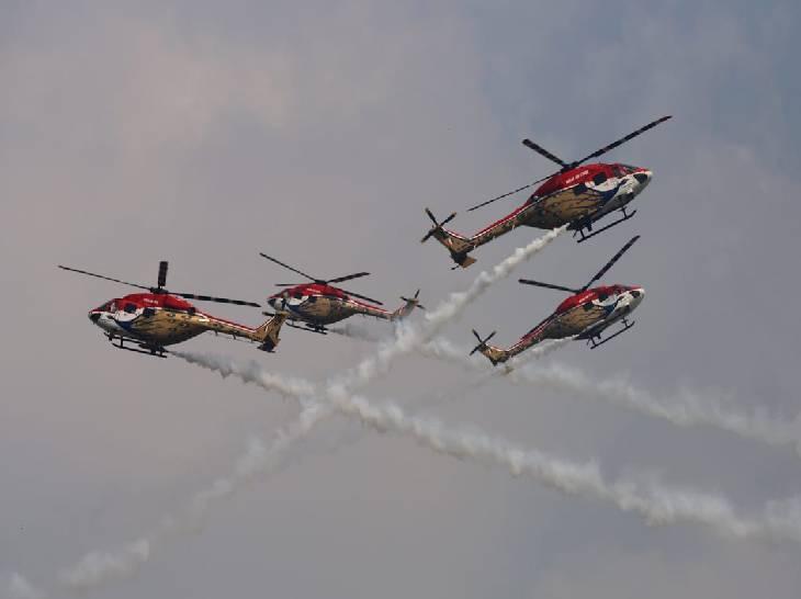 ध्रुव हेलीकॉप्टरों ने भी आसमान में कलाबाजियां दिखाईं।
