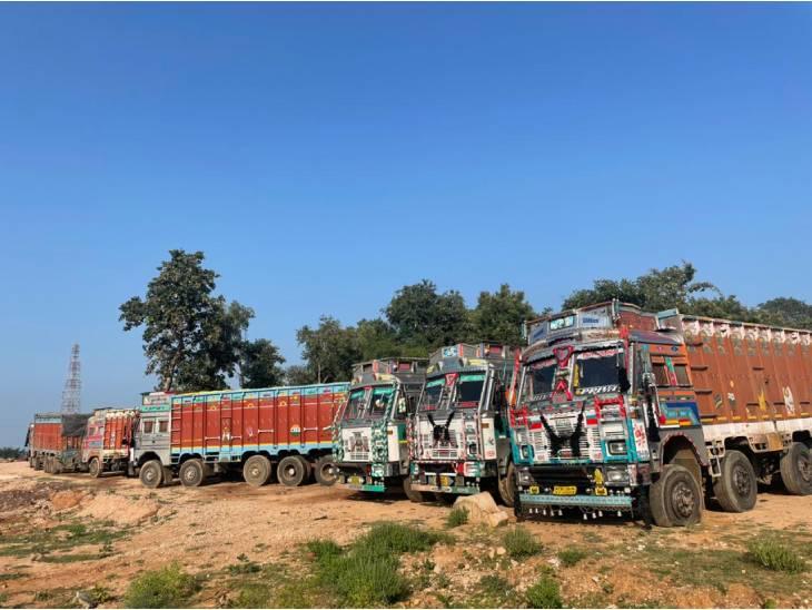 50 ट्रकों को जब्त कर थाने में खड़ा कराया गया।