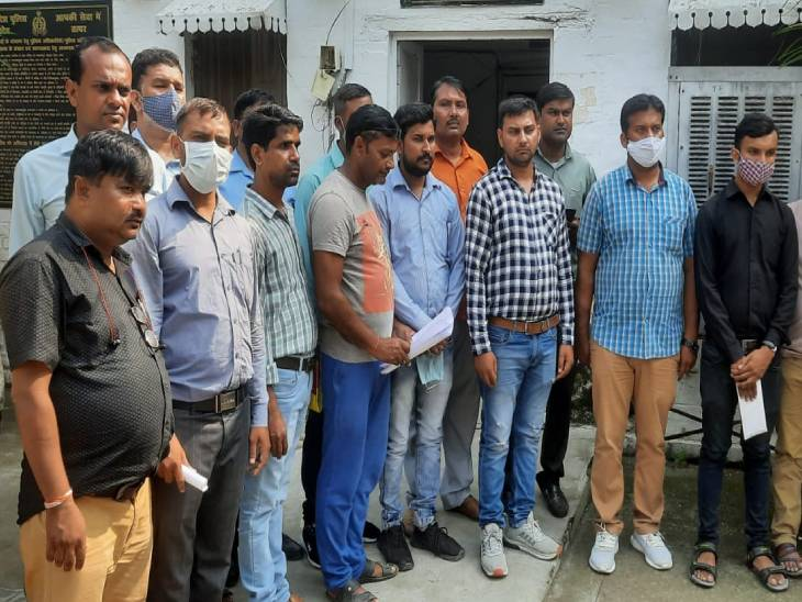 12 से अधिक परिवार के लोग एसएसपी ऑफिस पहुंचे और बीडीए पर लापरवाही का आरोप लगाया। - Dainik Bhaskar