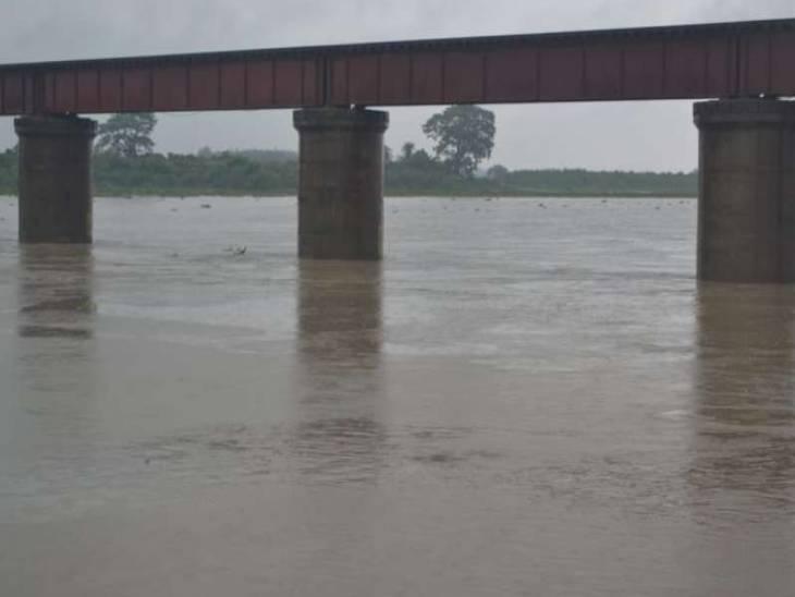 पुलिस ने गोताखोरों की मदद से नदी में जाल बिछाया है। पुलिस को अंदेशा है कि हो सकता है कि रात में दूसरे किशोर का शव जाल में फंस जाए। - Dainik Bhaskar