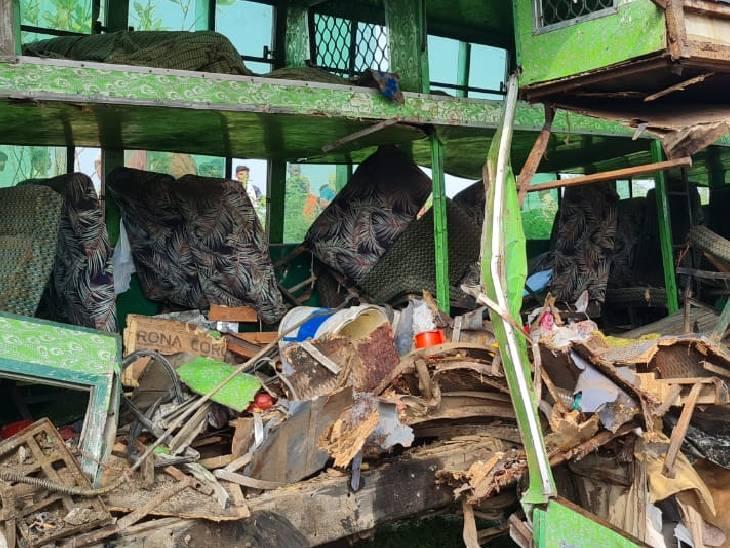ट्रक से टक्कर के बाद बस चकनाचूर हो गई है। बस में करीब 60 से 70 यात्री सवार थे। गाय को बचाने के चक्कर में हादसा हुआ है।