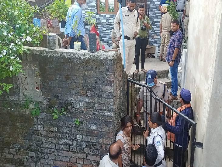 वारदात के बाद मौके पर पहुंची पुलिस पूछताछ करते हुए।