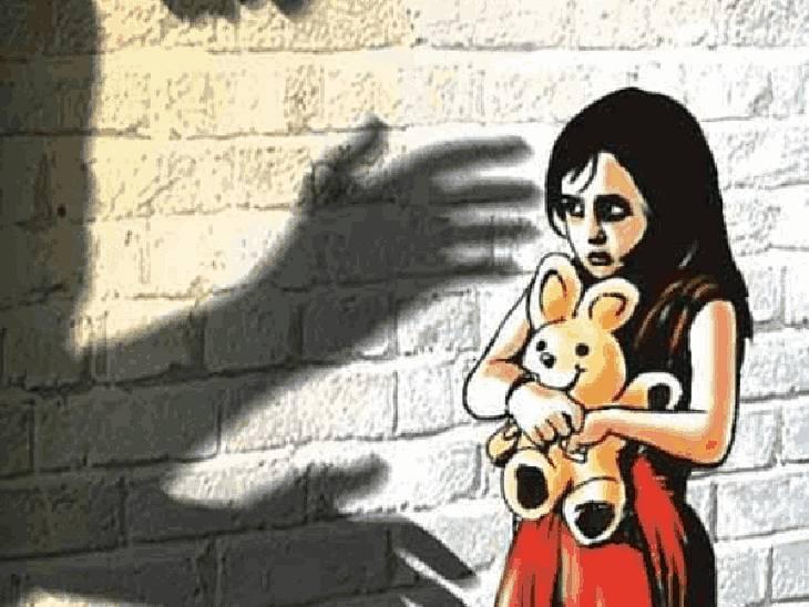 सोते समय मां के आंचल से बच्ची उठा ले गया पड़ोसी, रेप कर वापस सुला गया; हालत गंभीर|रीवा,Rewa - Dainik Bhaskar