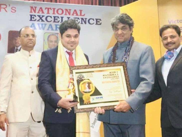 राज को इस स्टार्टअप के लिए देशभर में कई अवॉर्ड मिल चुके हैं। तस्वीर में फिल्म अभिनेता मुकेश खन्ना राज को सम्मानित कर रहे हैं।