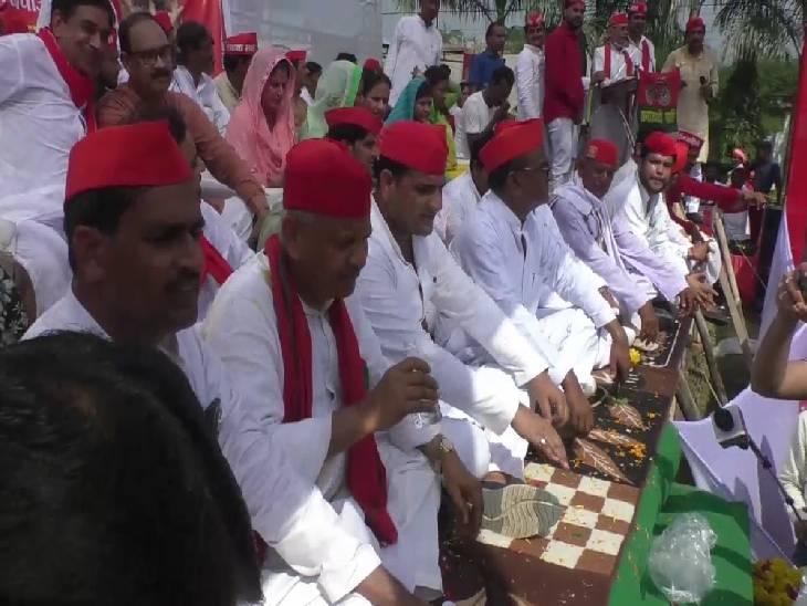 महोबा में फर्श पर बैठे सपा नेता नरेशउत्तम पटेल व पार्टी के अन्य वरिष्ठ नेता। - Dainik Bhaskar