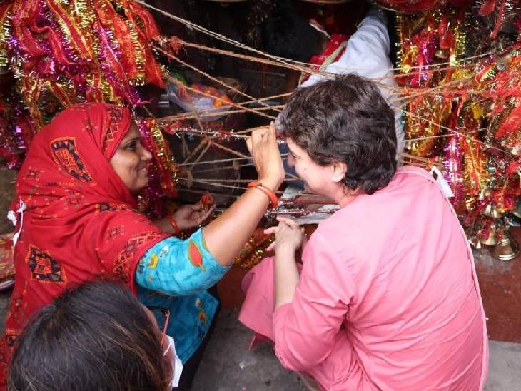 प्रियंका ने पूजा कर रहीं महिलाओं से टीका लगवाया।