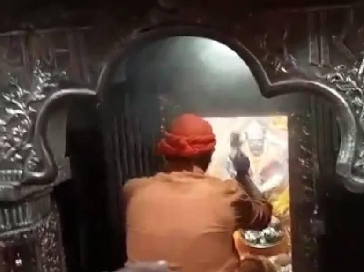 मैहर में मां शारद की आरती करते पुजारी।