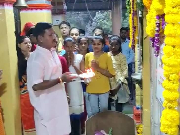 मां बगलामुखी मंदिर में पूजा करते भक्त।