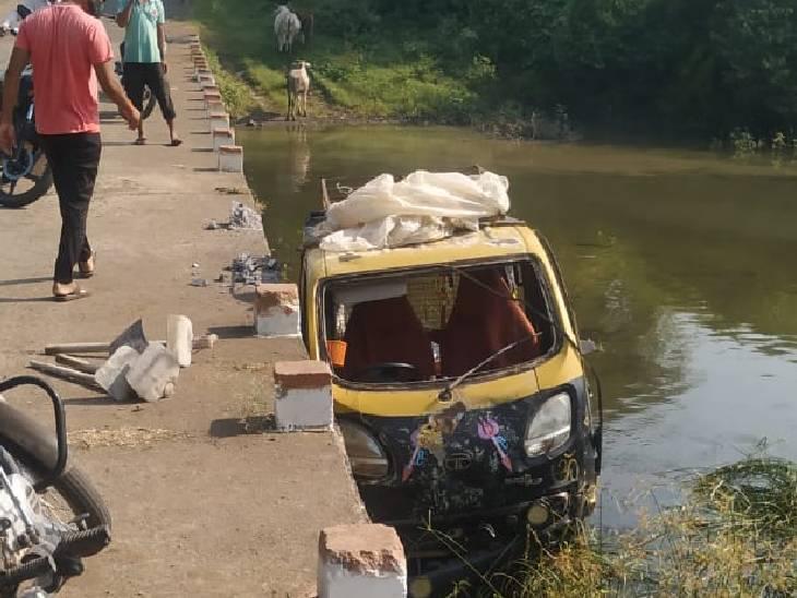 जबलपुर में रपटे से नदी में गिरा ऑटो।