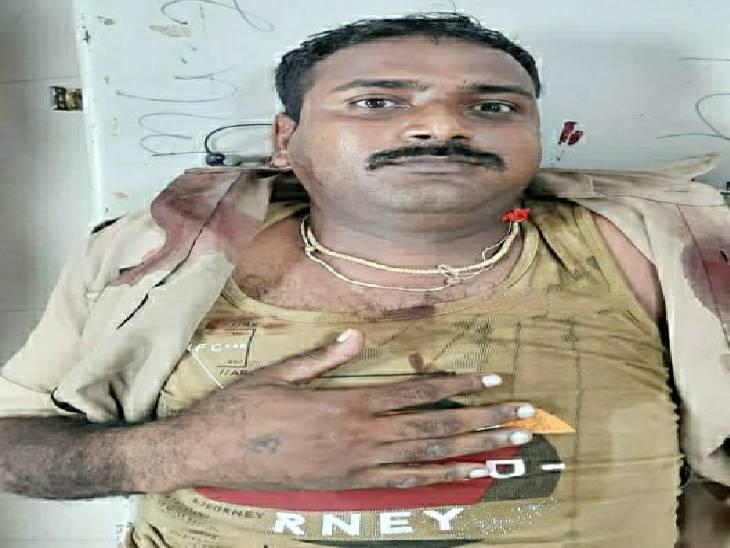 इटावा में पीएसी ट्रक व रोडवेज बस में हुई टक्कर में घायल हुआ जवान। - Dainik Bhaskar