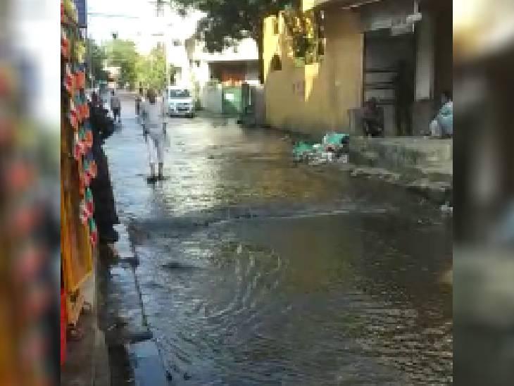 भोपाल के कोलार में सड़क पर बहा पानी।