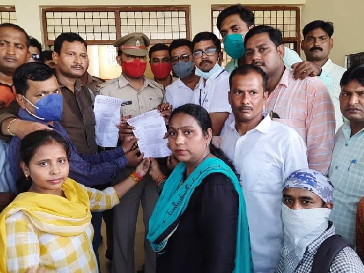 शिक्षकों ने एसपी को ज्ञापन सौंपकर कार्रवाई की मांग की है। - Dainik Bhaskar