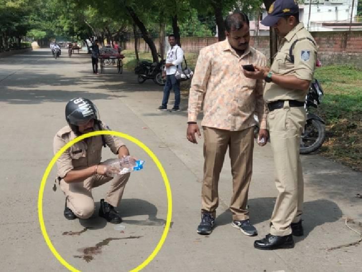 घटनास्थल से साक्ष्य जुटाती पुलिस टीम।
