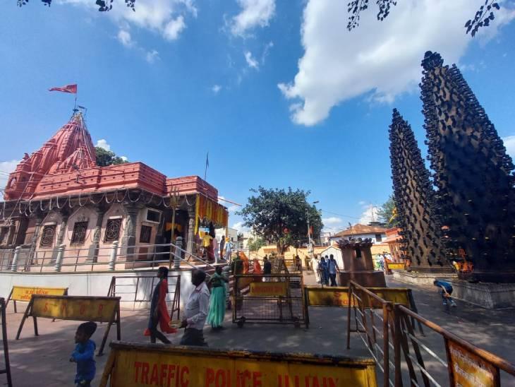 मंदिर परिसर में लगे दोनों दीप स्तंभ।