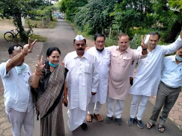 ओंकारेश्वर दर्शन के बाद गांधी भवन से साइकिल रैली से आए कलेक्ट्रेट; MLA झूमा सोलंकी ने भी डमी फार्म भरा|खंडवा,Khandwa - Dainik Bhaskar