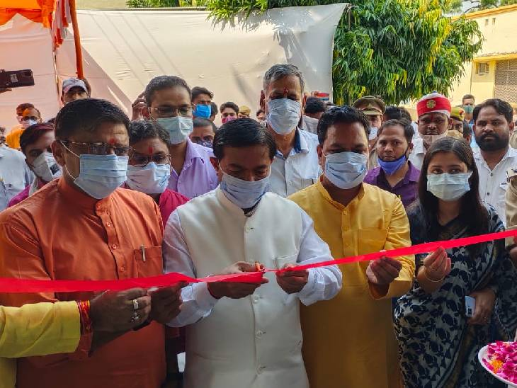 केंद्रीय राज्यमंत्री बीएल वर्मा ने नगर विकास राज्यमंत्री महेश चंद्र गुप्ता के साथ उद्घाटन किया। - Dainik Bhaskar