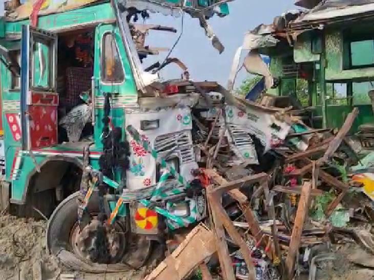 आमने-सामने हुई भिड़त में बस और ट्रक चकनाचूर हो गए।