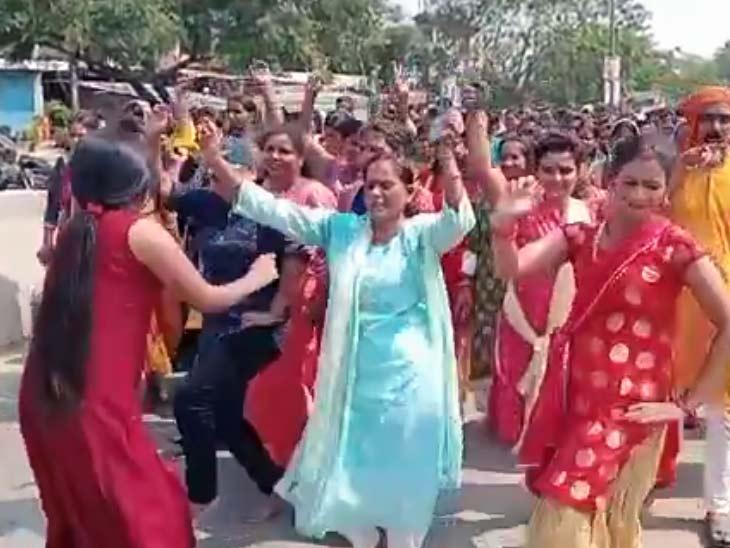 लेडी पुलिसकर्मियों ने डांस के साथ निकाली जल भरी यात्रा, महिला पुलिस बटालियन केंद्र में की कलश स्थापना|बिहार,Bihar - Dainik Bhaskar