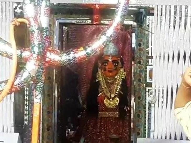 नीमच माता मंदिर के बंद होने की सूचना के बावजूद सैंकड़ो लोगो ने पहुंचकर किए दर्शन, हवन और विशेष पूजा के दौर जारी|उदयपुर,Udaipur - Dainik Bhaskar