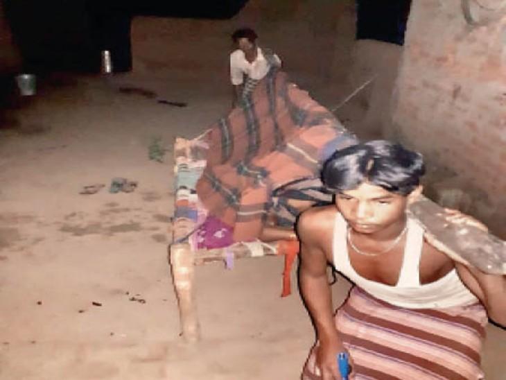 खाट पर महिला को लेकर जाते। - Dainik Bhaskar